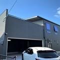 飯塚市: 完成 モダンなガレージとリビングルーム。開放感のある家